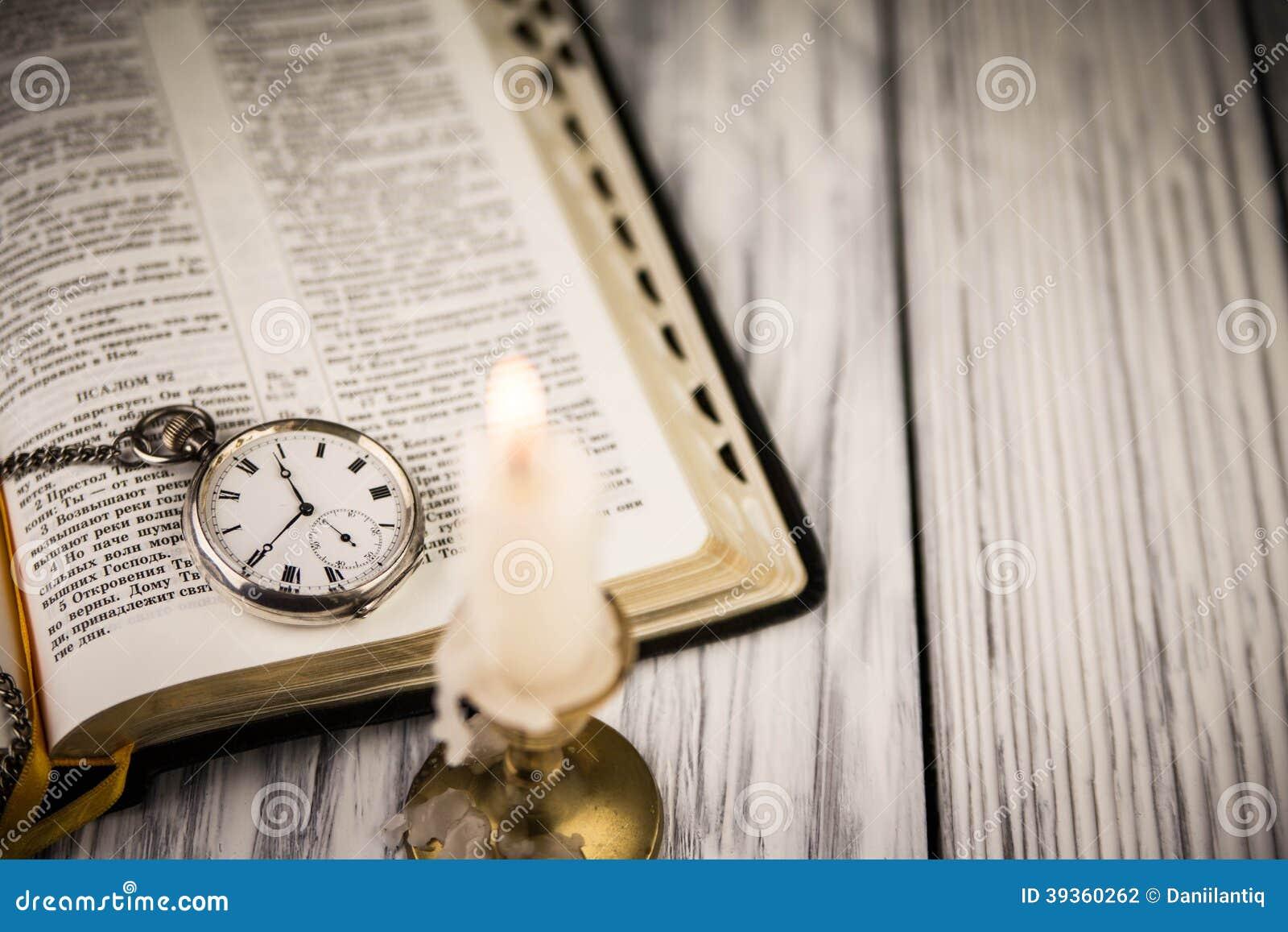 La Biblia Abierta Foto De Archivo. Imagen De Marrón