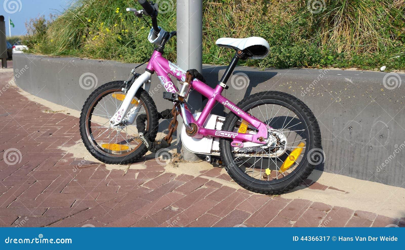 La bici dei bambini incatenata