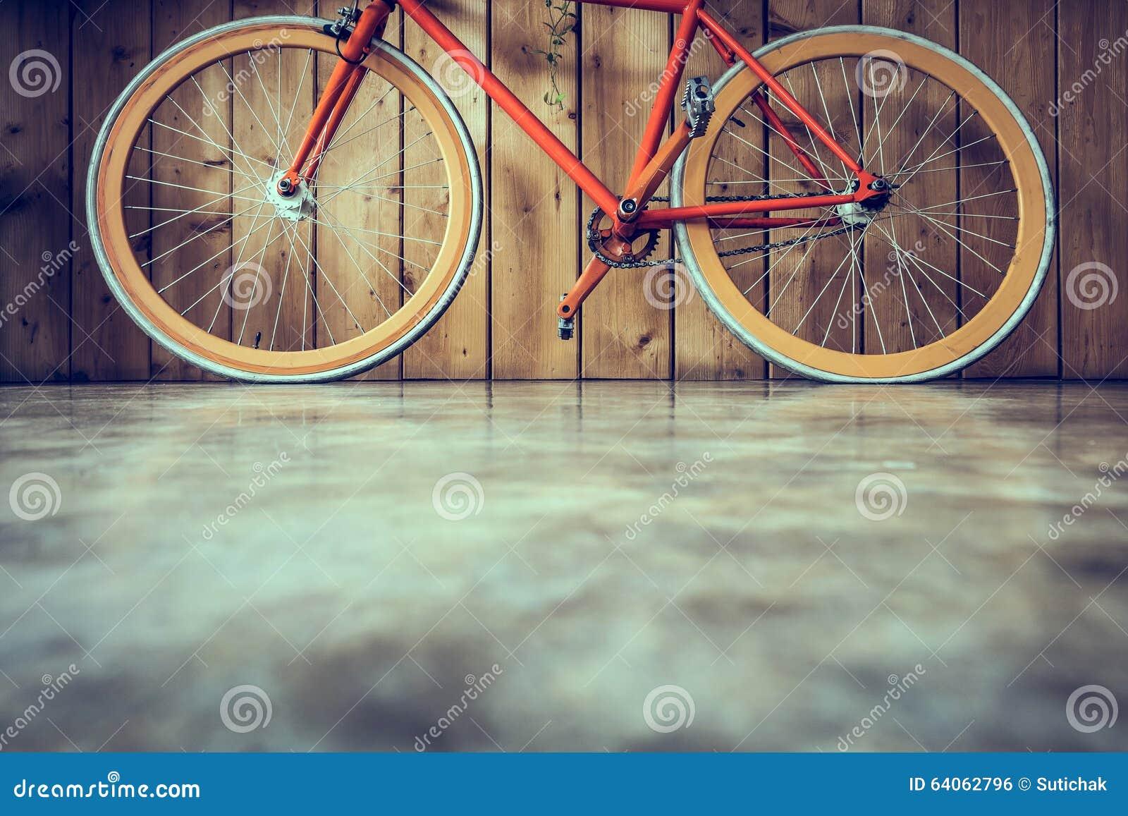 La bicyclette fixe de vitesse garée avec le mur en bois, se ferment vers le haut de l image