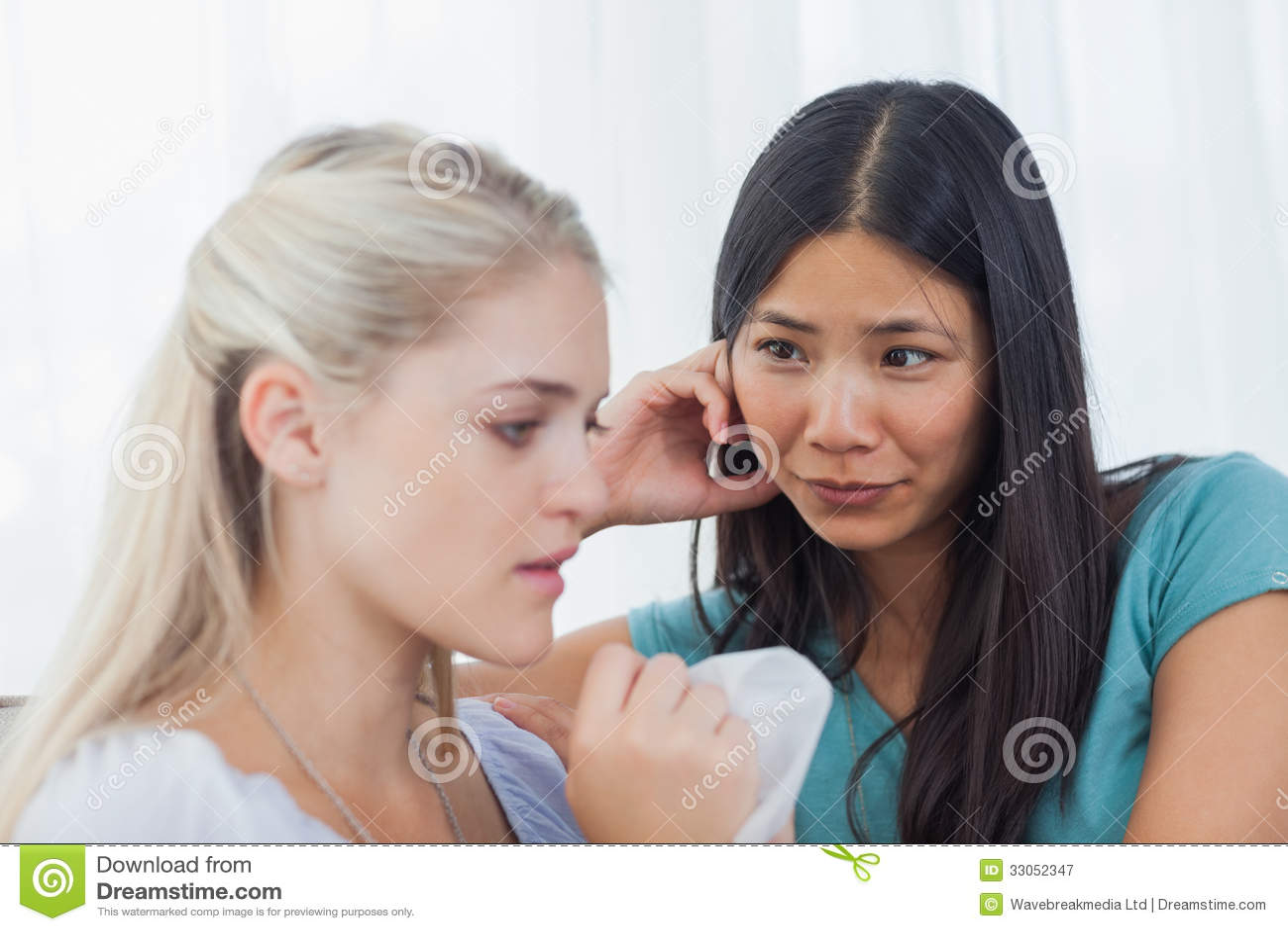 La bionda che grida e che parla come suo amico sta ascoltando