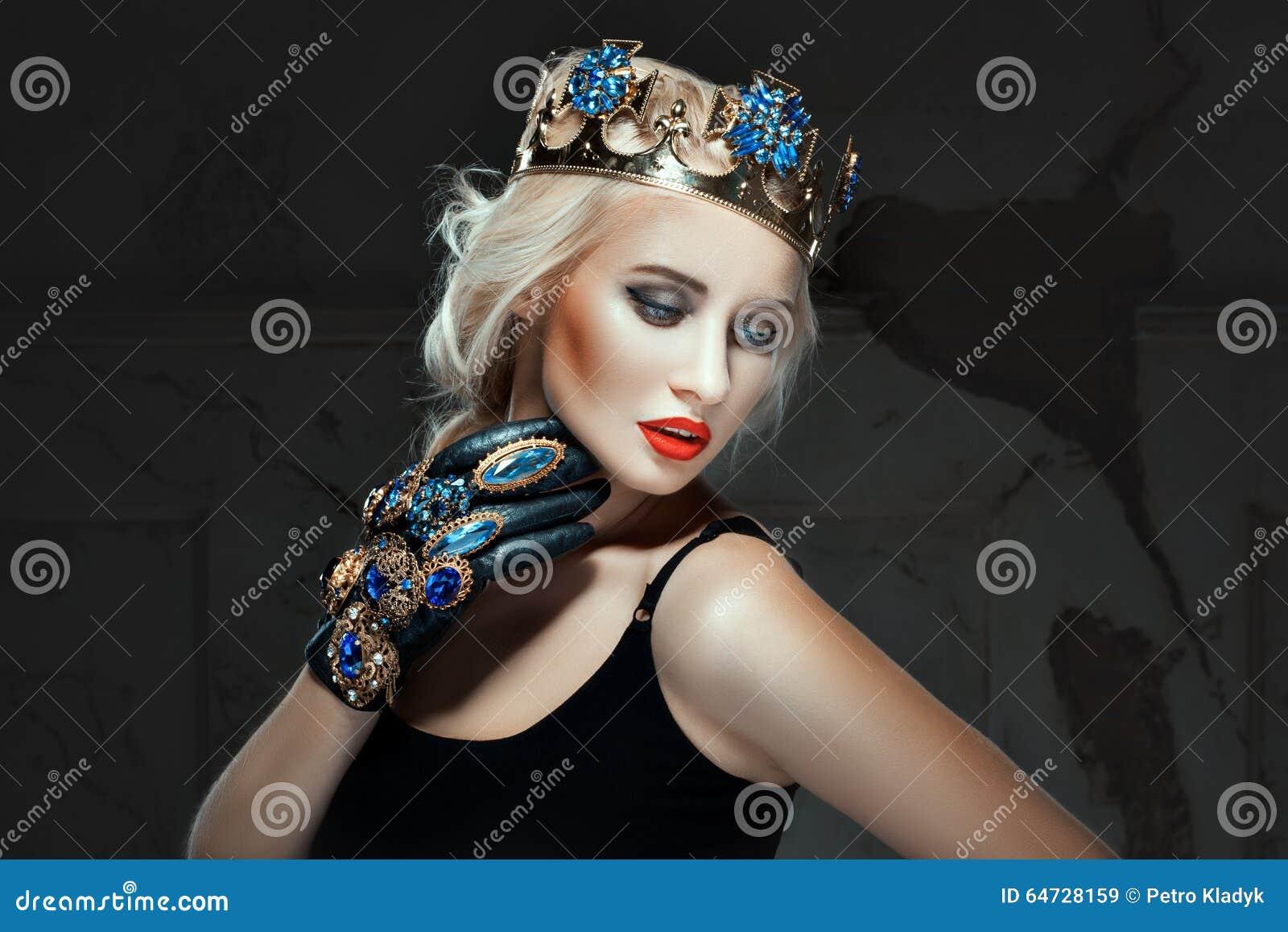 La bionda con la corona la sua testa e prepara il suo fronte