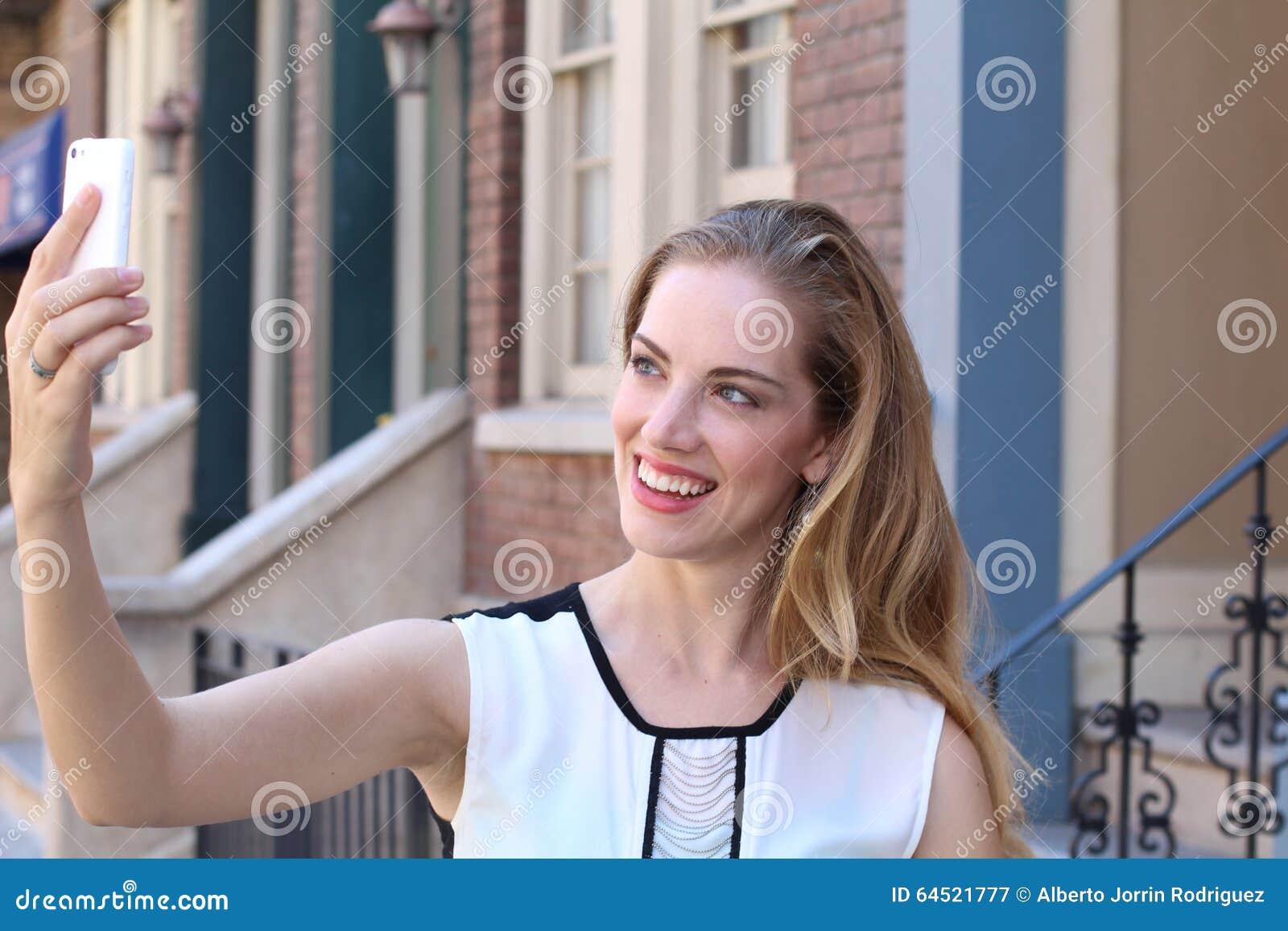 La Bionda Graziosa Con Capelli Lunghi Prende I Selfies Con ...