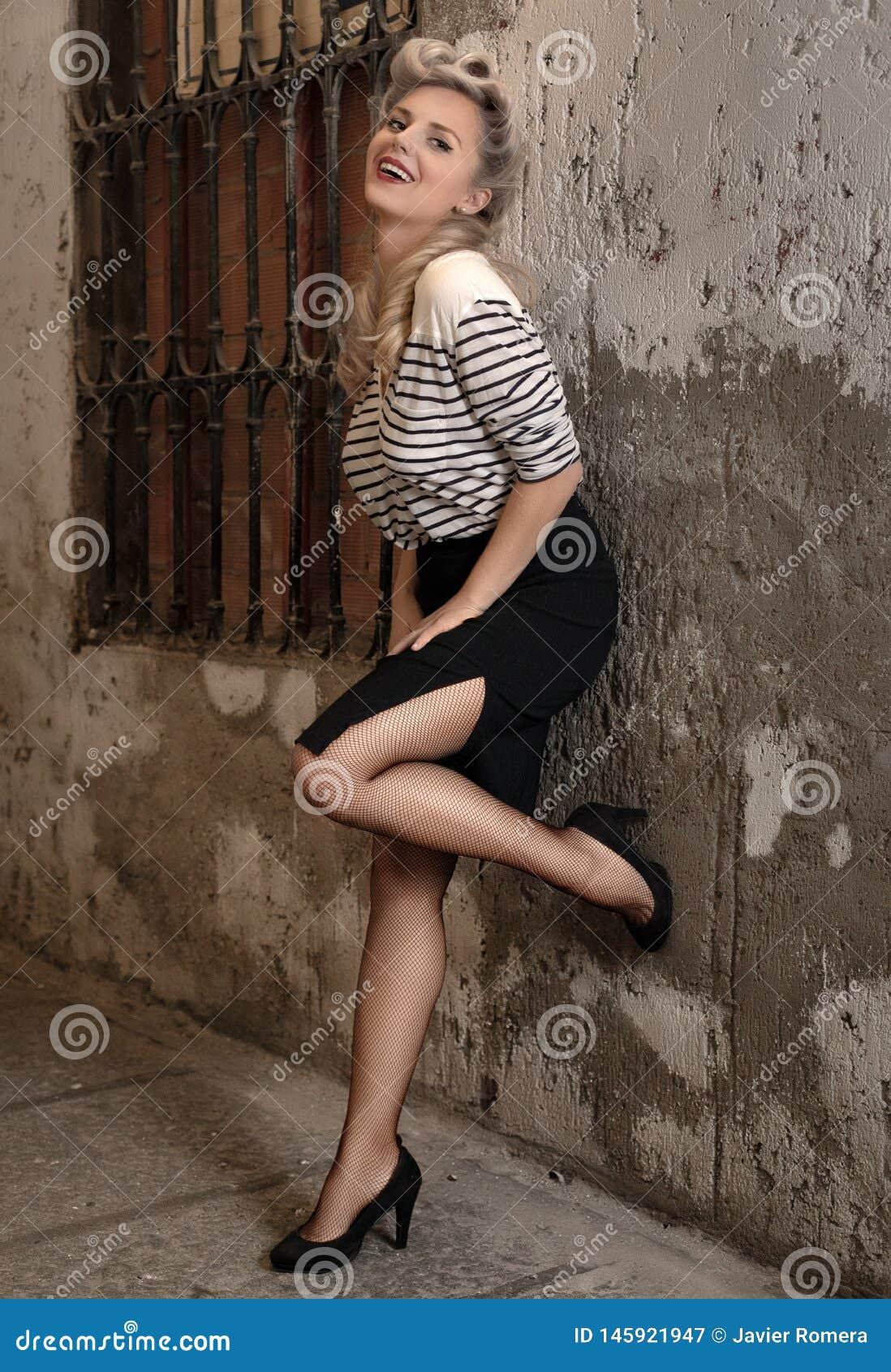 La blonde d airain avec une rétro coiffure sourit à la caméra