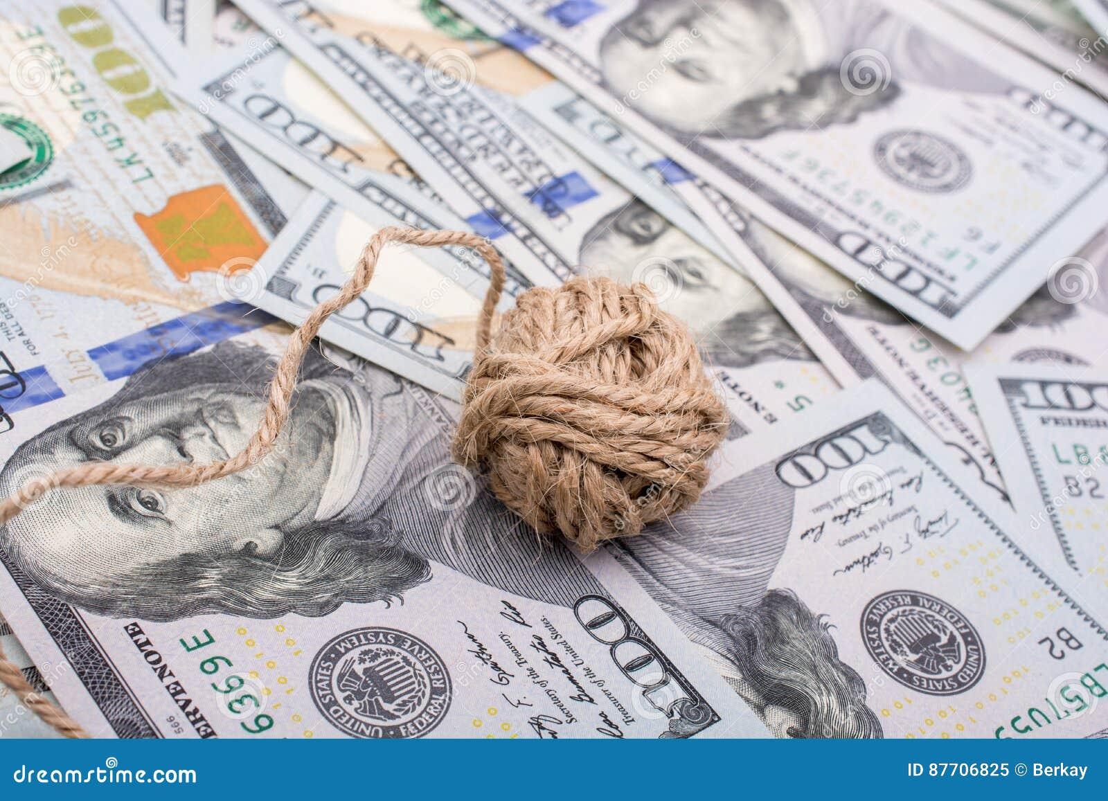 La bobine de la bobine de toile est placée sur des billets de banque de dollar US