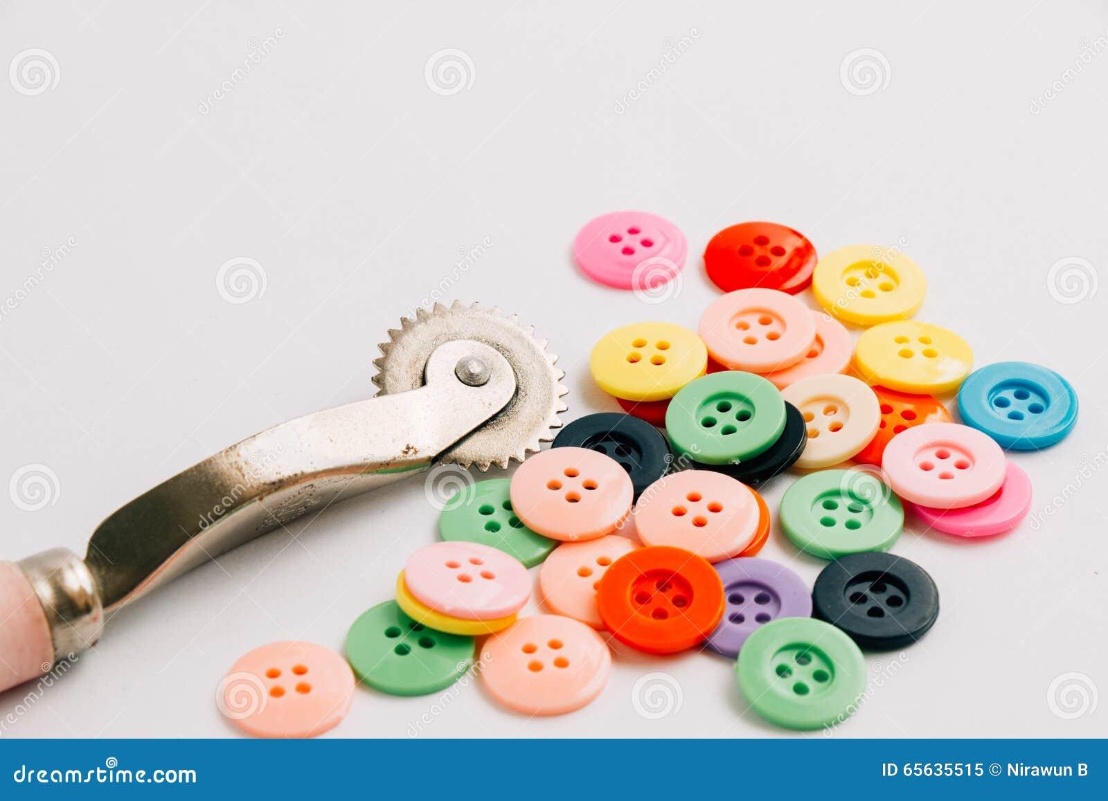 La bobine du fil et des boutons, cousent l instrument d isolement sur le Ba blanc