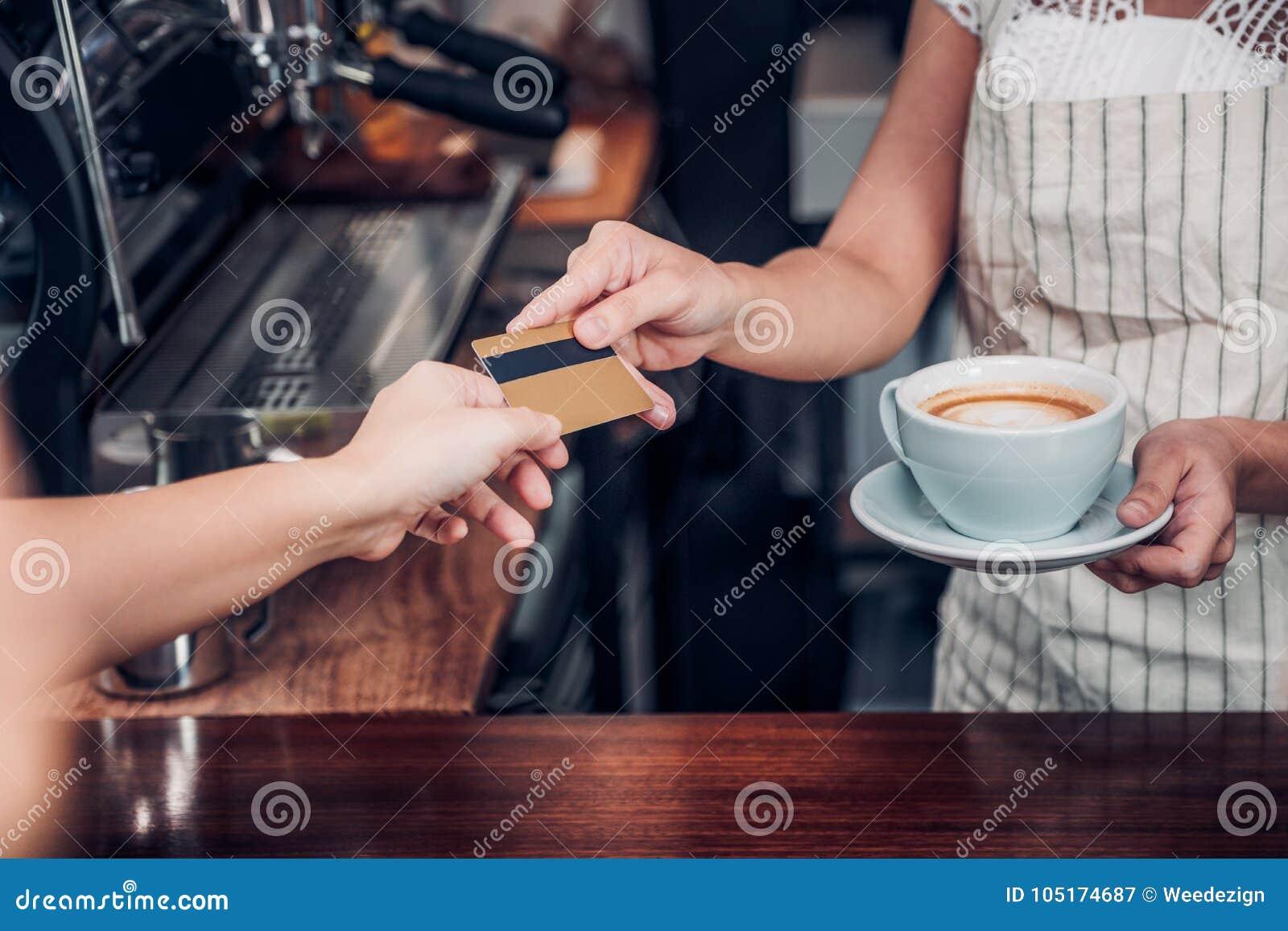 La Boisson De Cafe De Salaire De Client Avec La Carte De Credit Au