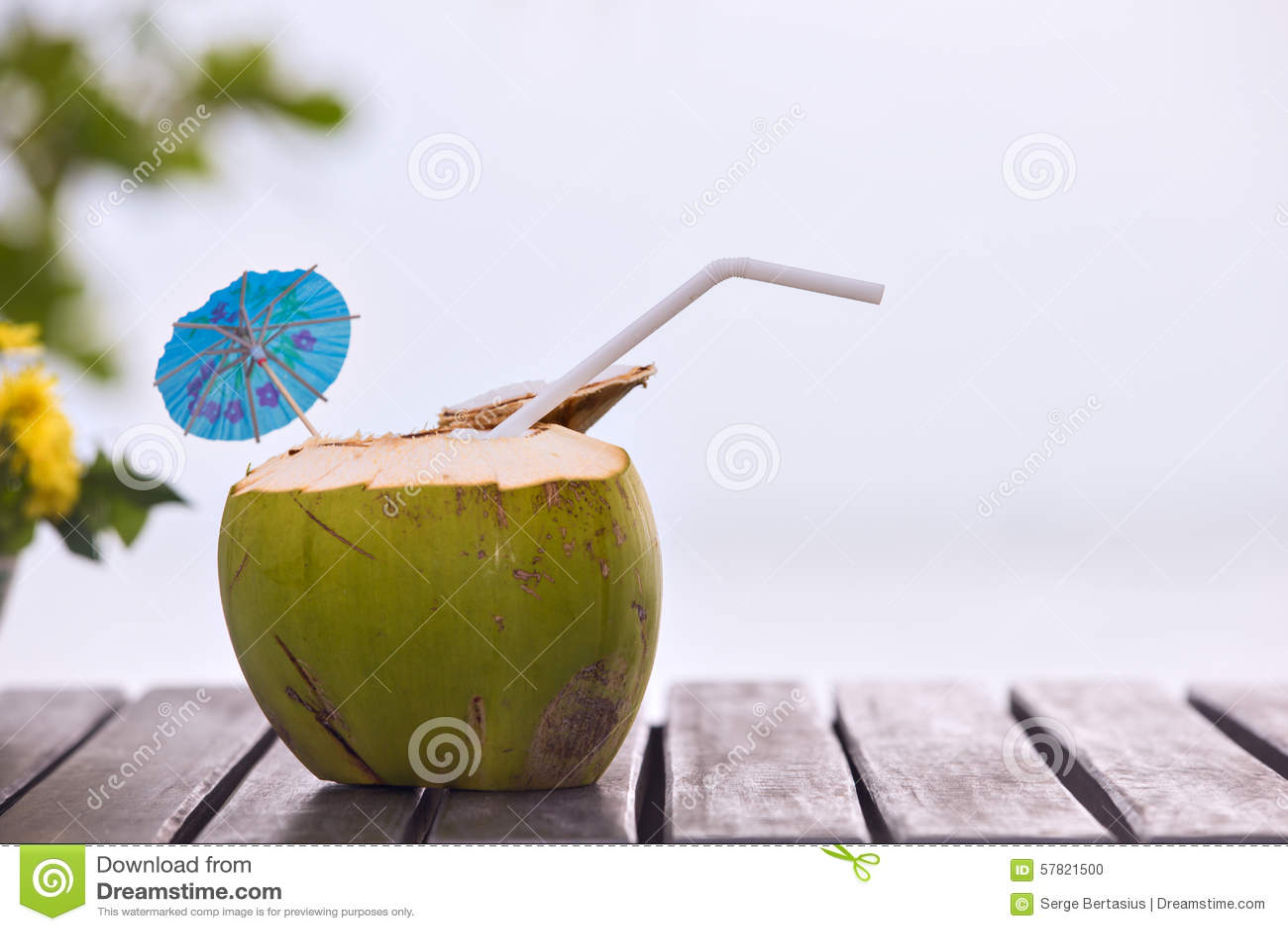 Bien connu La Boisson De L'eau De Noix De Coco A Servi En Noix De Coco Avec  IB92