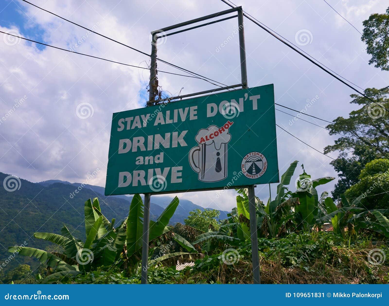 La boisson du ` t de Don et la sécurité routière vertes d entraînement signent par le côté de la route dans la paroisse de Portla