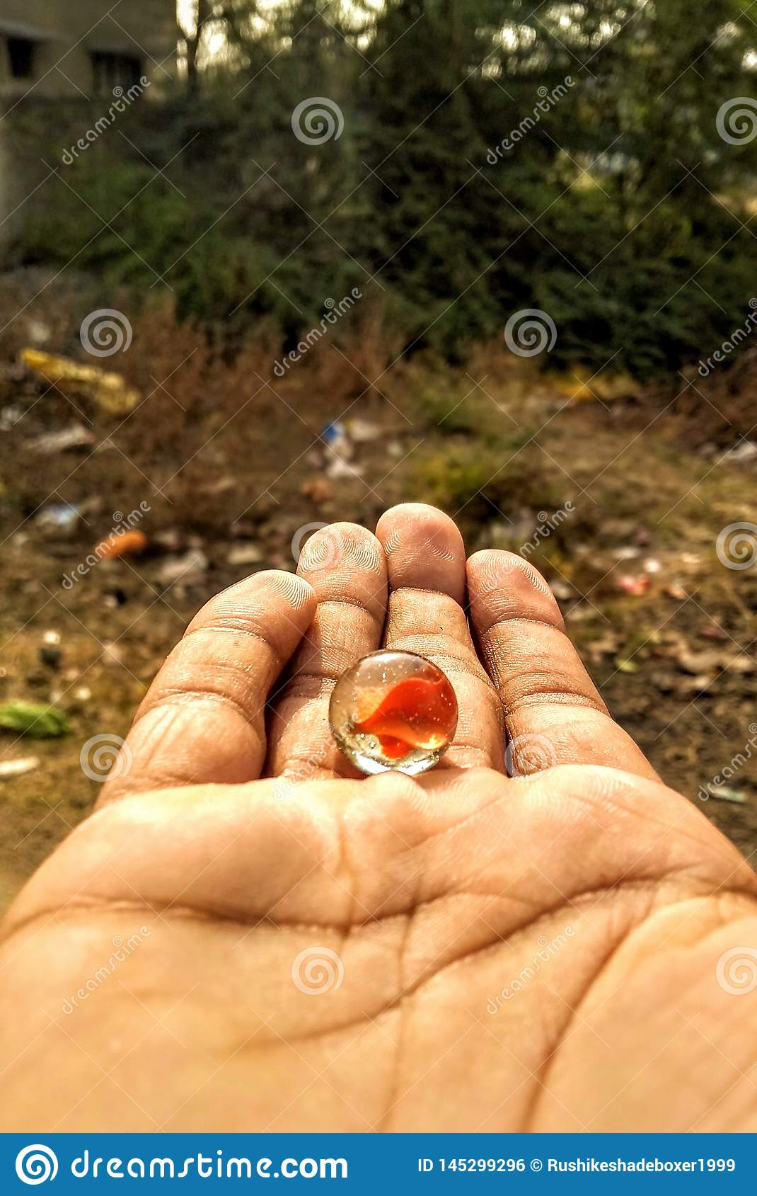 La bola de mármol que juega en la mano
