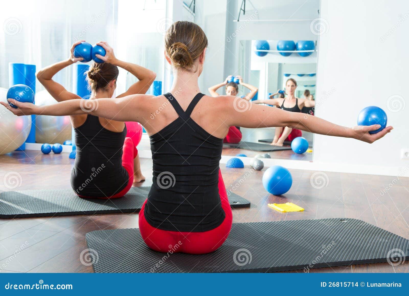 La bola de tono azul en pilates de las mujeres clasifica vista posterior