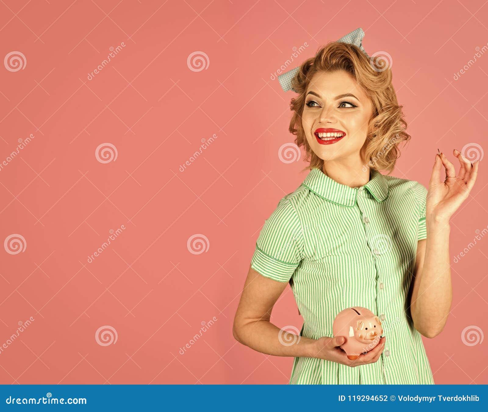 La bolsa representa análisis gráficamente Moneybox retro del control de la mujer, hucha para los ahorros