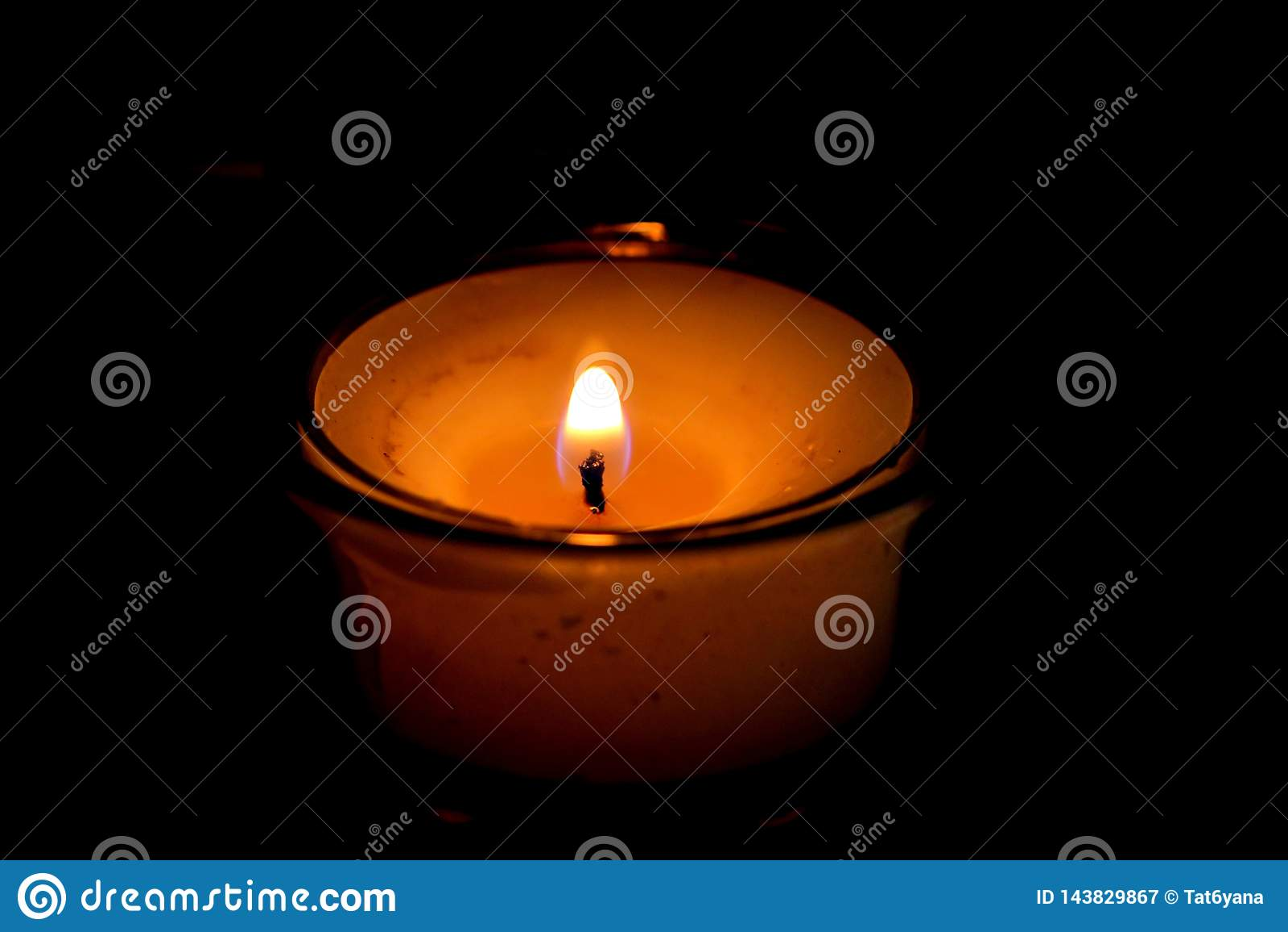 La bougie brûle avec une flamme lumineuse dans l obscurité