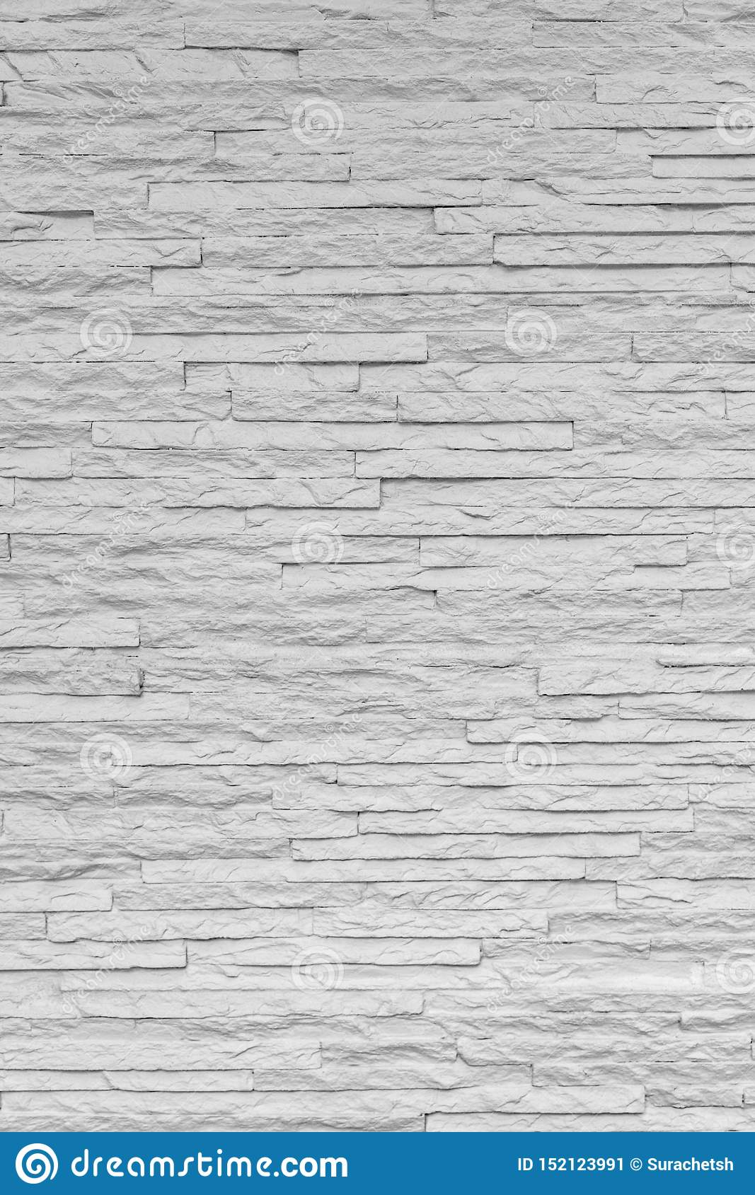 La brique en pierre classique blanche sont arrangées pour modeler sur le mur pour le beau fond minimal et simple