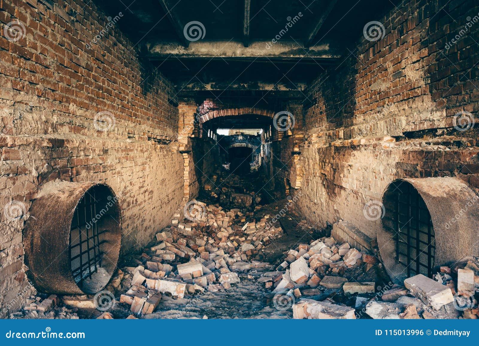 la brique rouge ruin e a abandonn le tunnel souterrain d 39 gout avec l 39 atmosph re myst rieuse. Black Bedroom Furniture Sets. Home Design Ideas