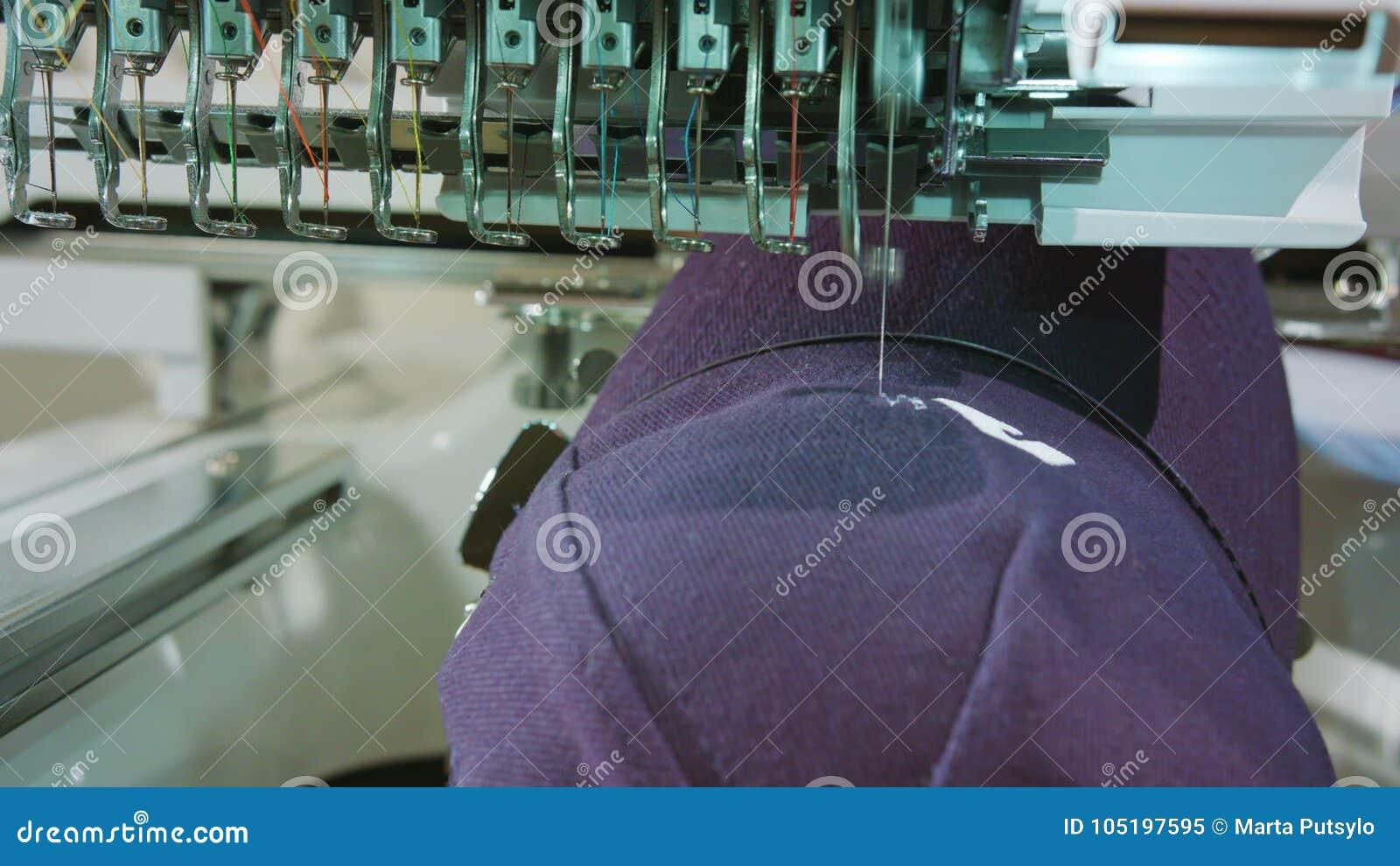 La broderie s occupe le logo sur le chapeau