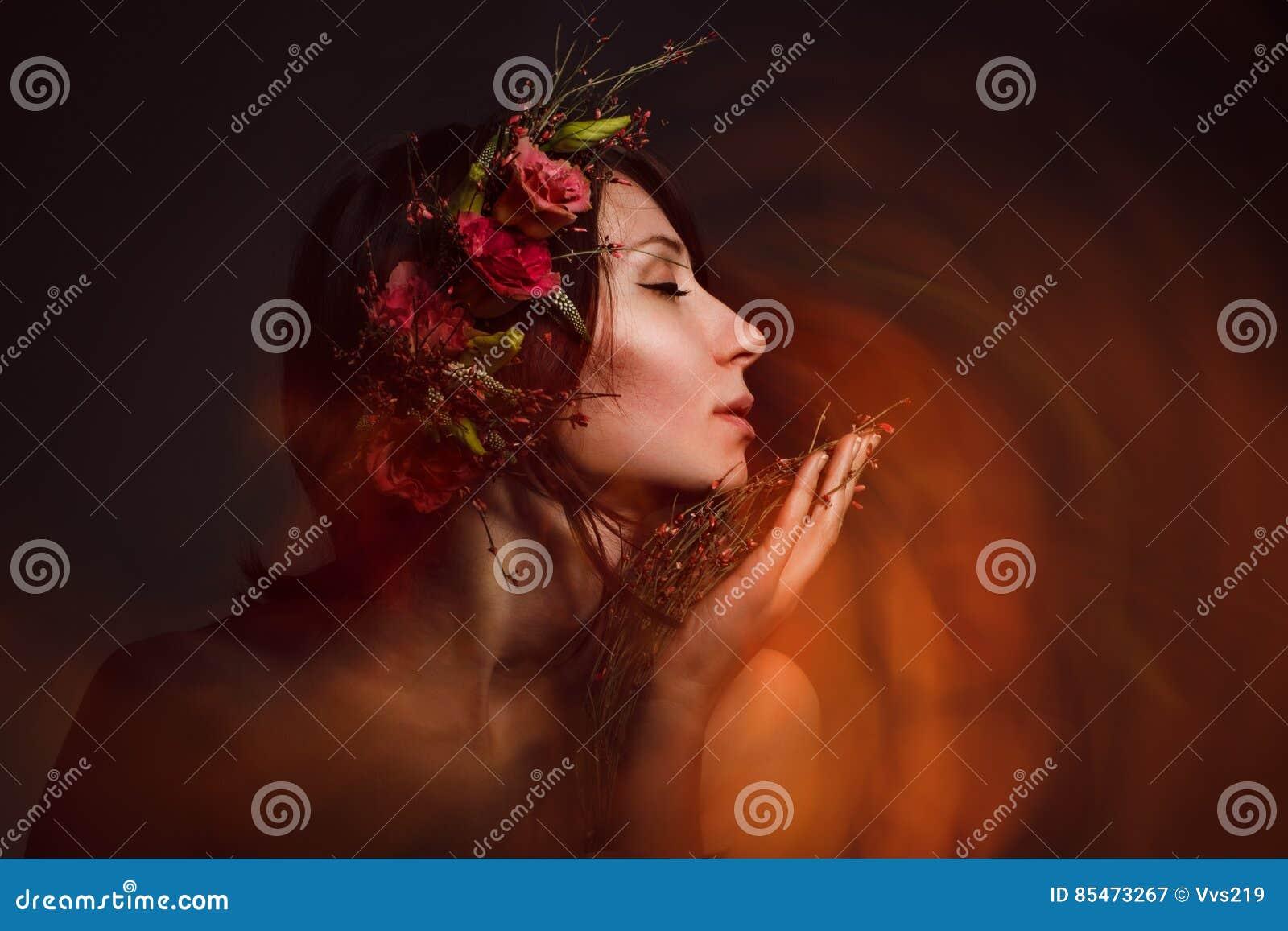 La bruja atractiva inhala el olor