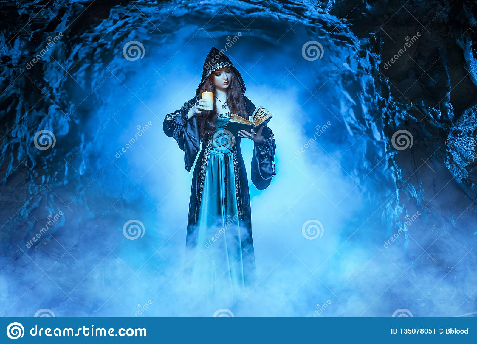 La bruja con la bola mágica en sus manos causa bebidas espirituosas