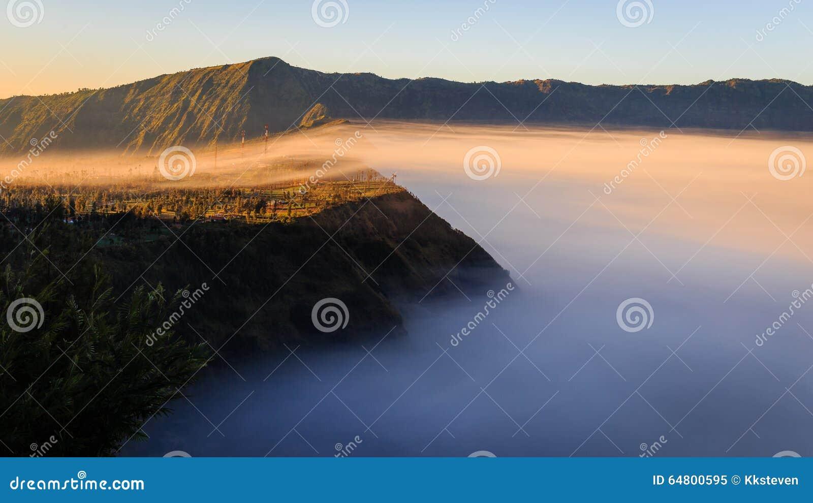 La brume de matin couvre Cliff Village dans le bâti Bromo, Indonésie