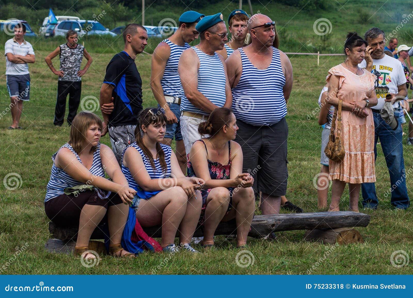 La célébration des vacances militaires russes - le jour des forces aéroportées le 2 août 2016 dans l enregistrement de Kremenskay