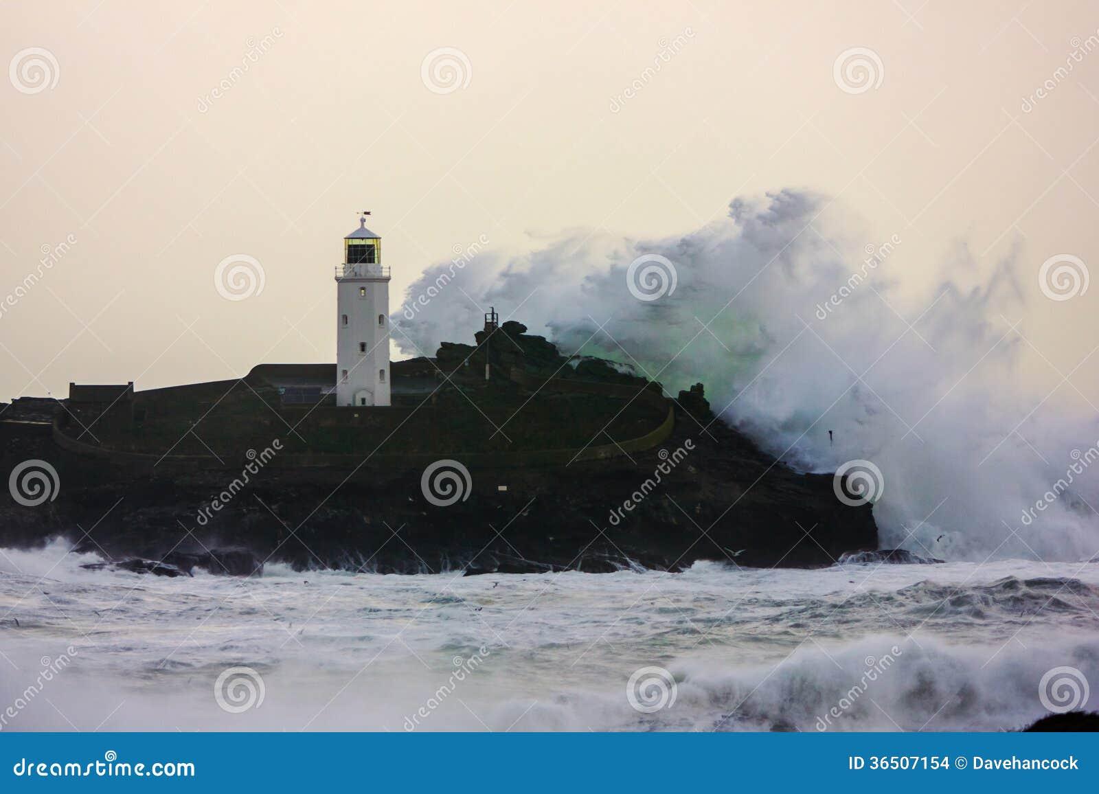 La côte cornouaillaise obtient battue par des tempêtes