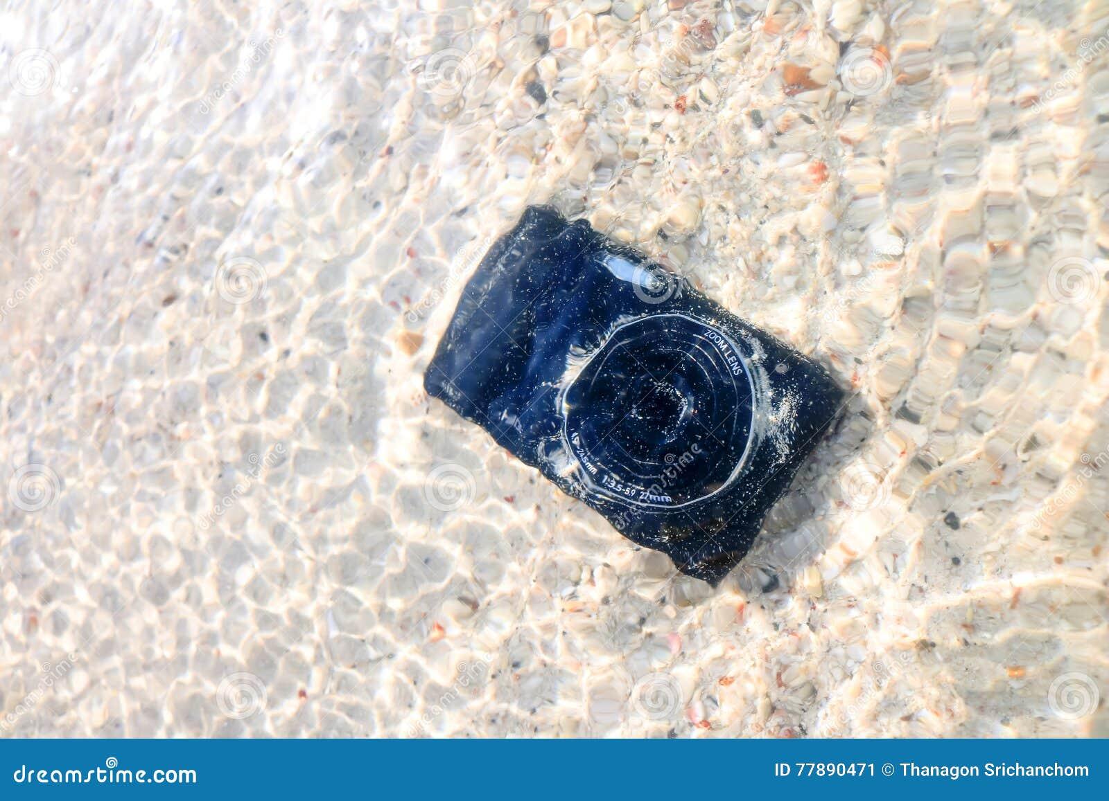 La Caída De La Cámara A La Agua De Mar Foto de archivo
