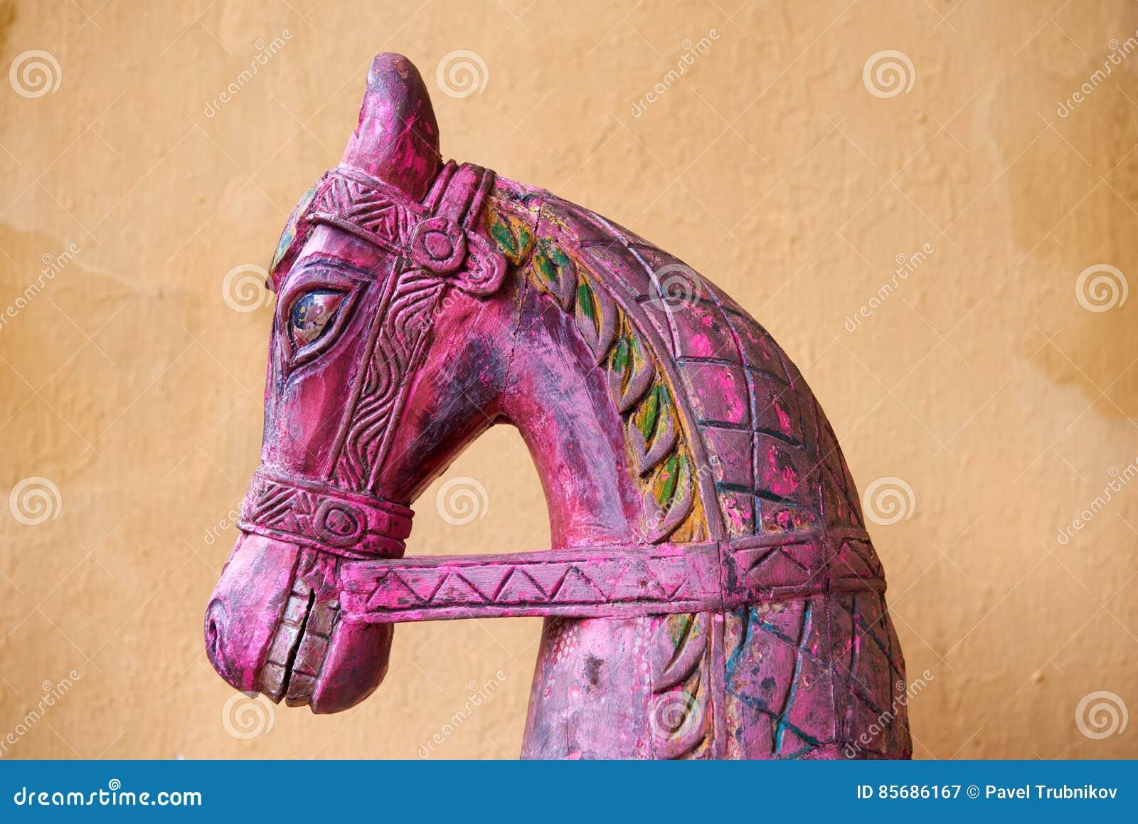 La cabeza de caballo de madera tallada