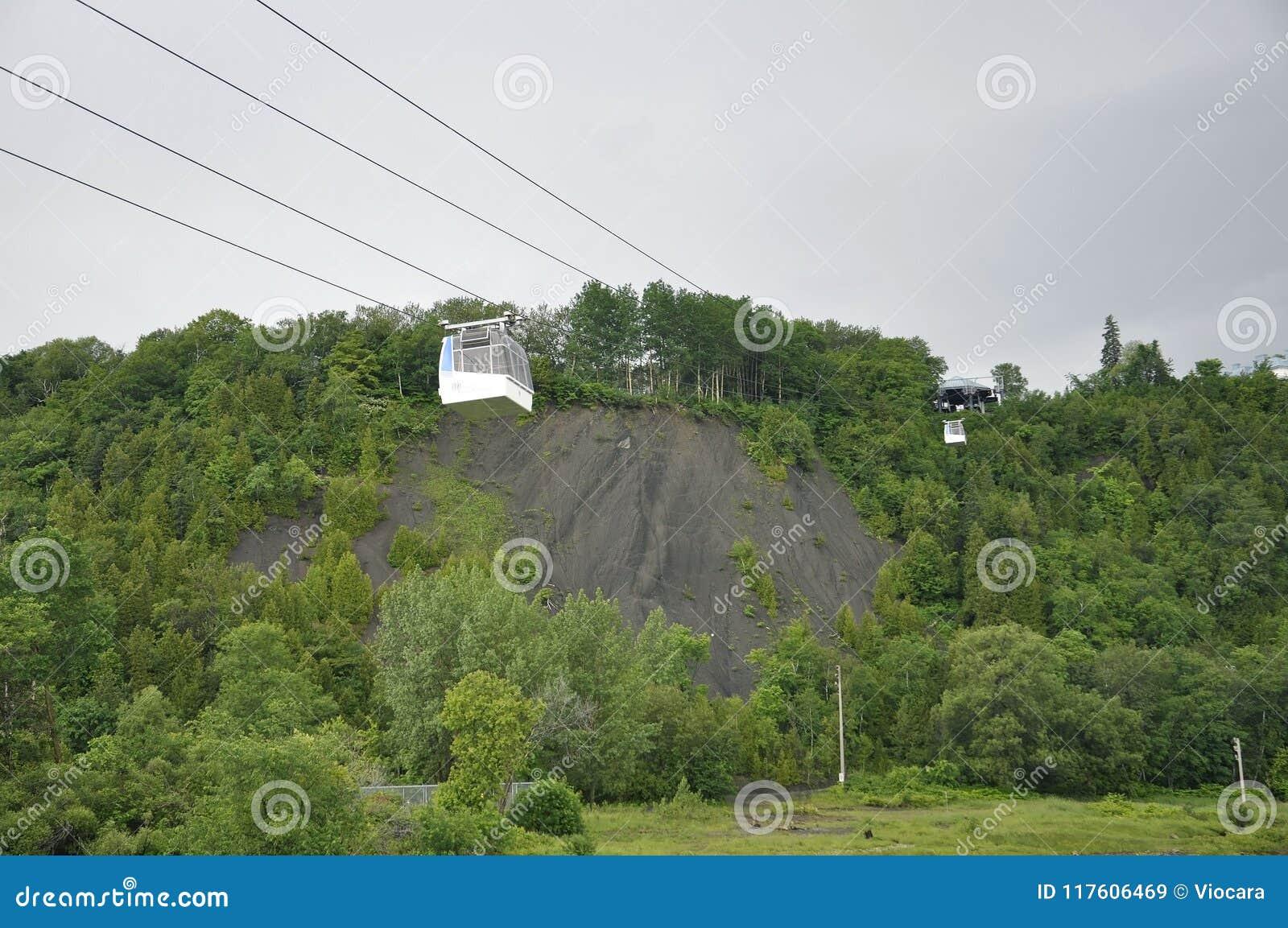 La cabina del cable sobre Montmorency cae de la provincia de Quebec en Canadá