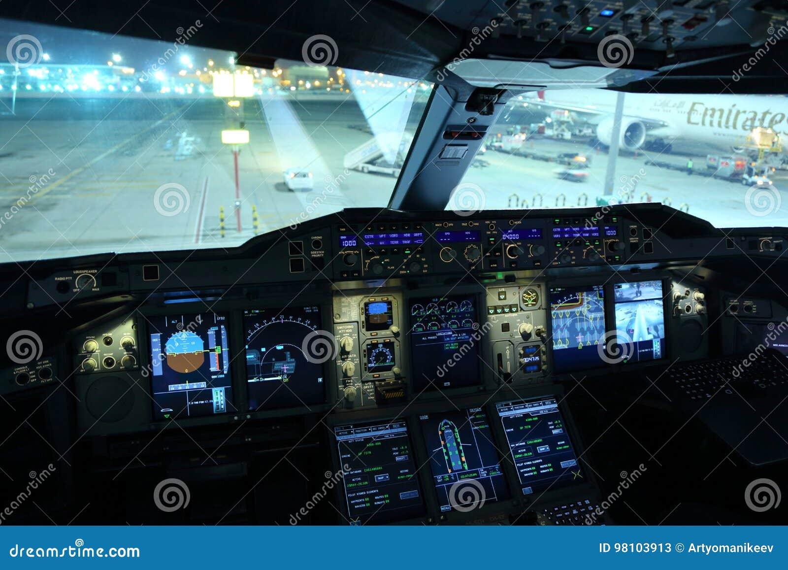la cabina di pilotaggio di airbus a380 degli emirati ha