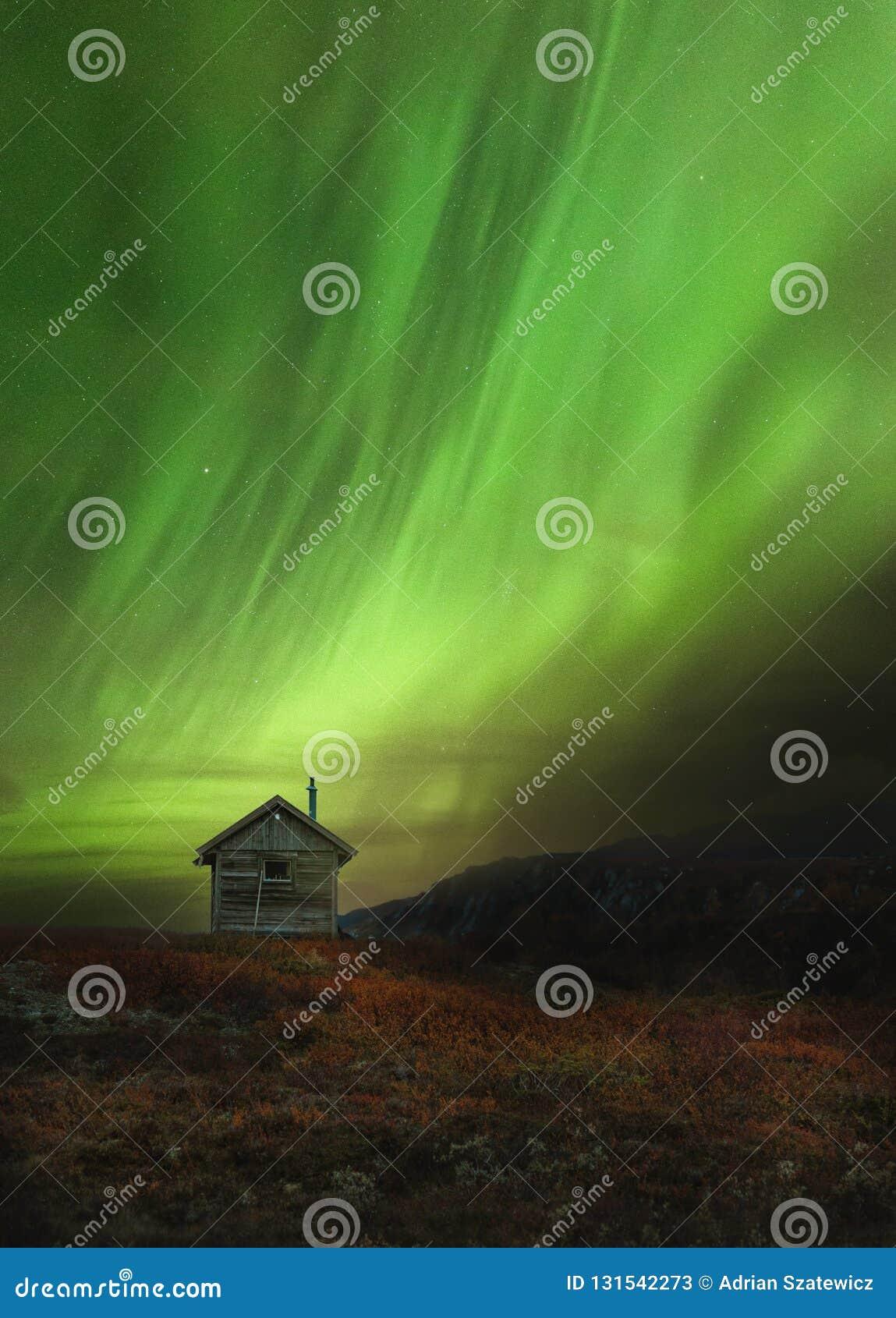 La cabine en bois en montagnes norvégiennes a appelé Sylan Belle Aurora Borealis