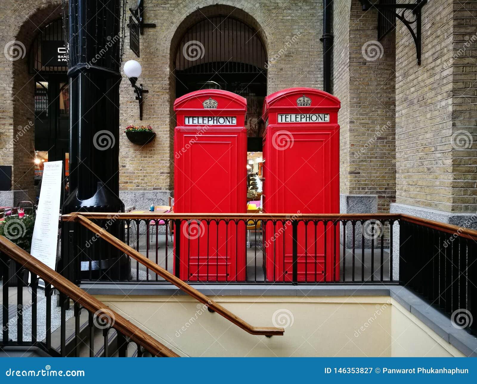 La cabine téléphonique rouge jumelle