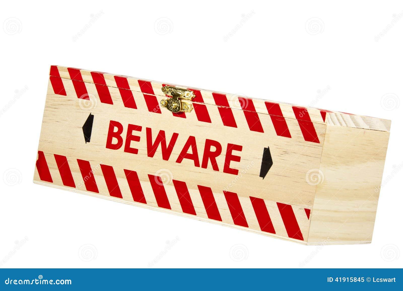 La caja de madera con el corchete de cobre amarillo y la palabra se guardan
