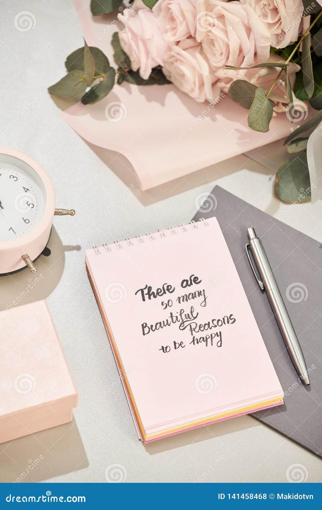 La caja de regalo, el despertador y el rosa subieron las flores en la opinión de sobremesa blanca en estilo puesto plano Tarjeta