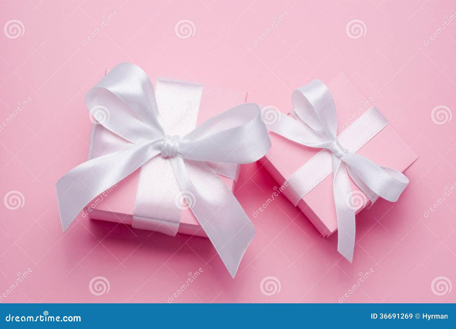 La caja de regalo rosada del día de dos tarjetas del día de San Valentín ató la cinta de satén blanca