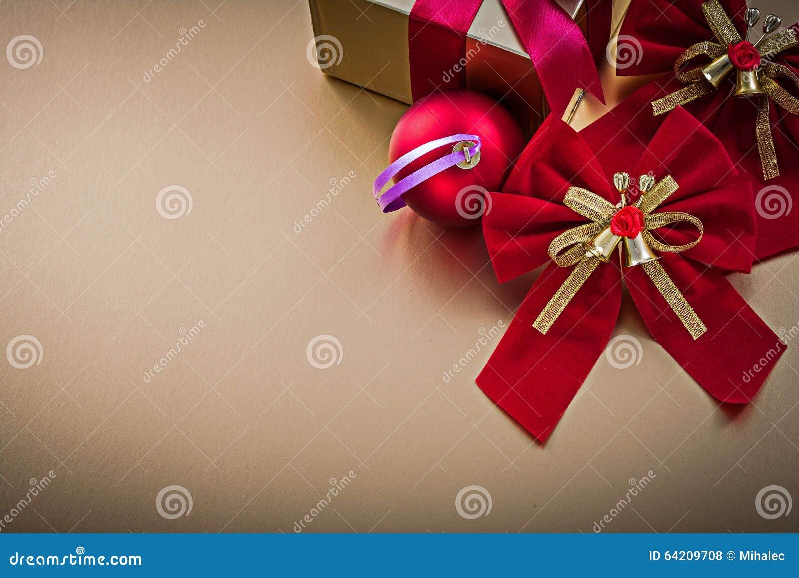 La caja del presente de la bola de la Navidad con la cinta atada arquea