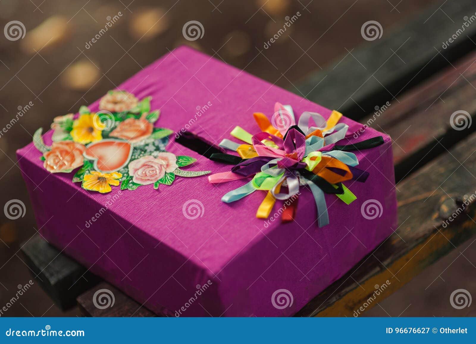 La caja para los deseos y dinero para casarse