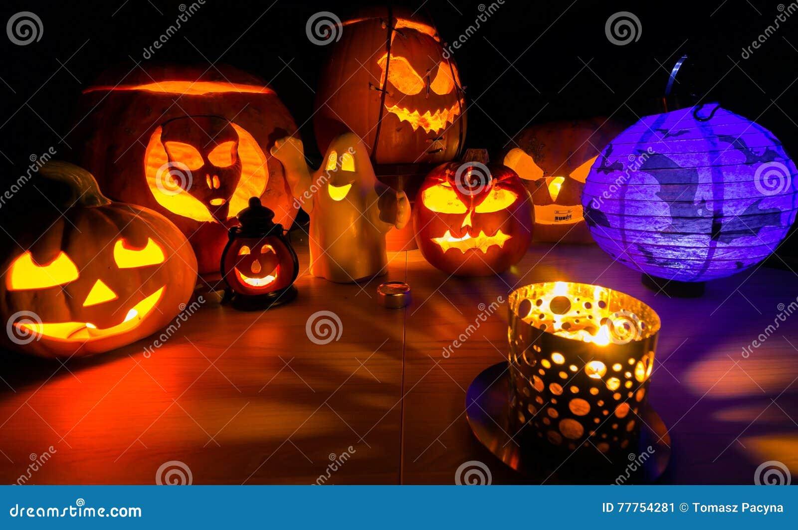 la calabaza de halloween que brilla intensamente, calienta la luz de