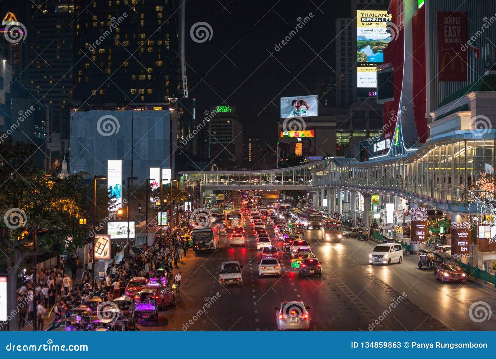 La calle que camina es un destino turístico para la gente que quiere comer por la tarde