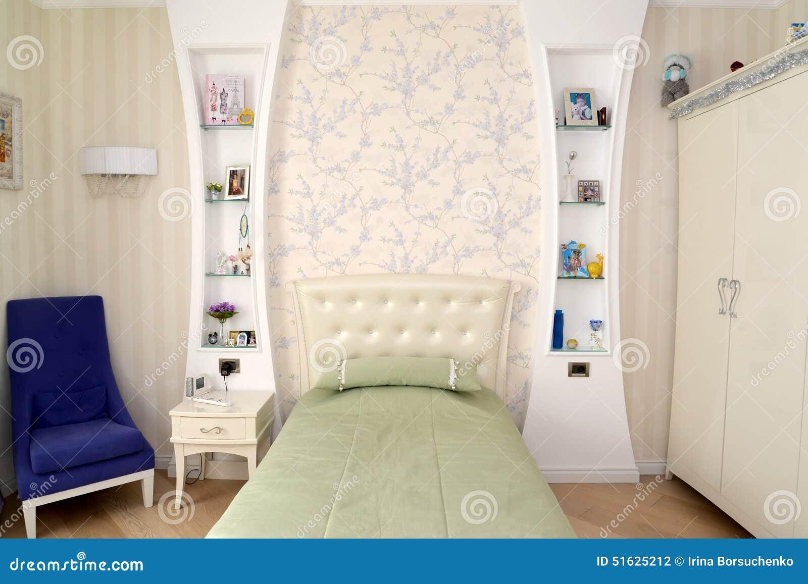 La camera da letto dei bambini nei toni leggeri classici - Piumini leggeri letto ...