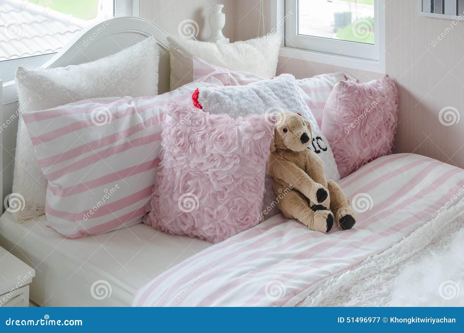 la camera da letto del bambino con la bambola ed i cuscini rosa ... - Cuscini Camera Da Letto