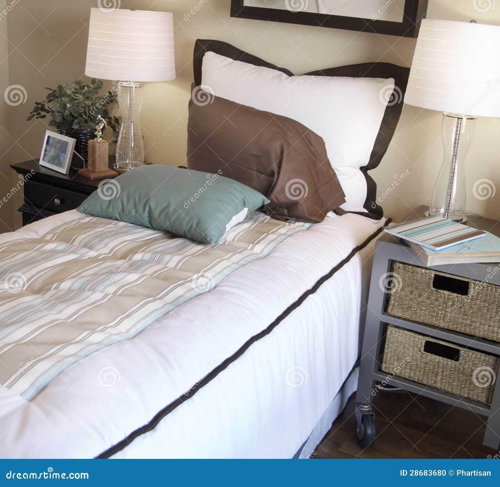La camera da letto del ragazzo alla moda decorato fotografia stock immagine di disegno base for Camera da ragazzo