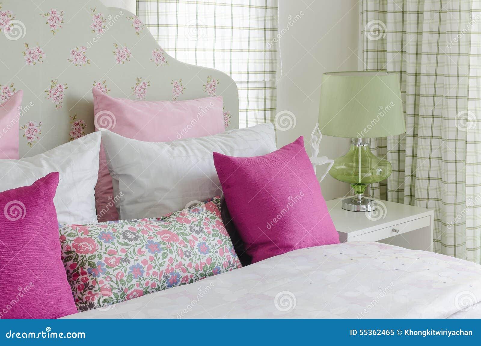 Camera Da Letto Verde E Rosa : La camera da letto della ragazza con il cuscino rosa sul