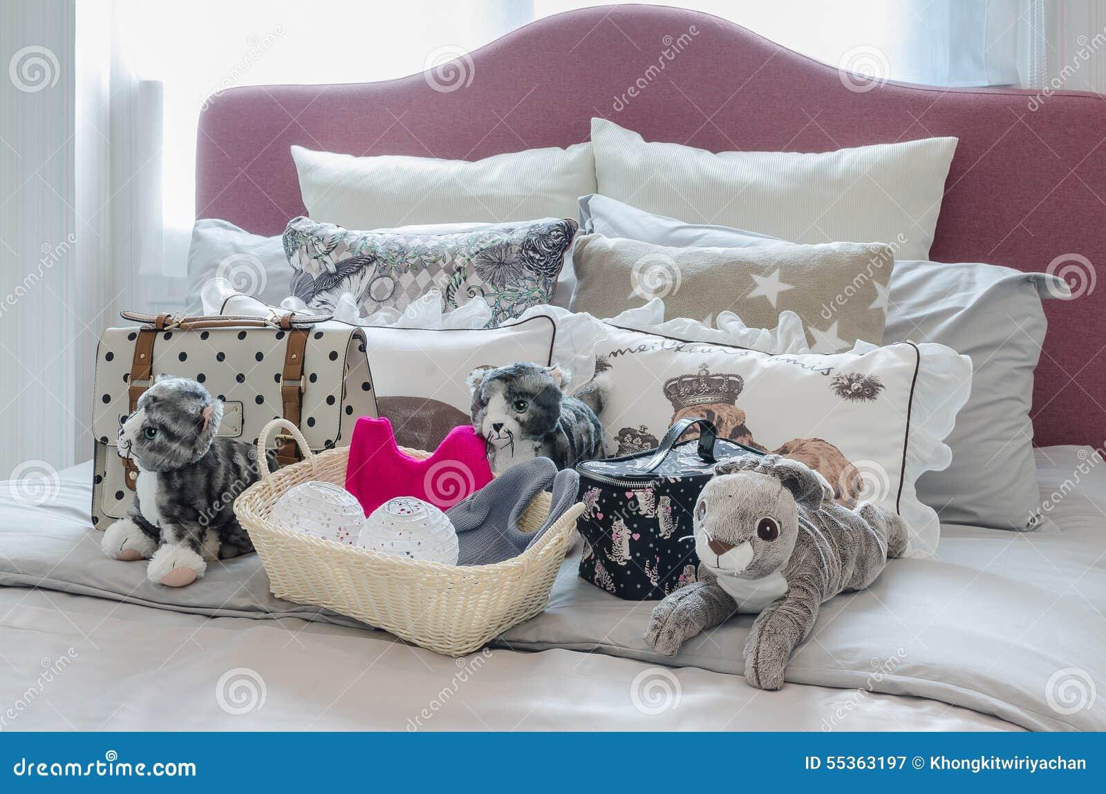 La camera da letto della ragazza con le bambole, le borse ed il canestro di lavorano all uncinetto