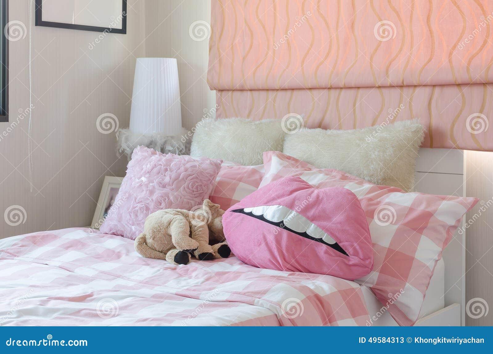 La camera da letto della ragazza nel colore rosa con i - Camera da letto ragazza ...