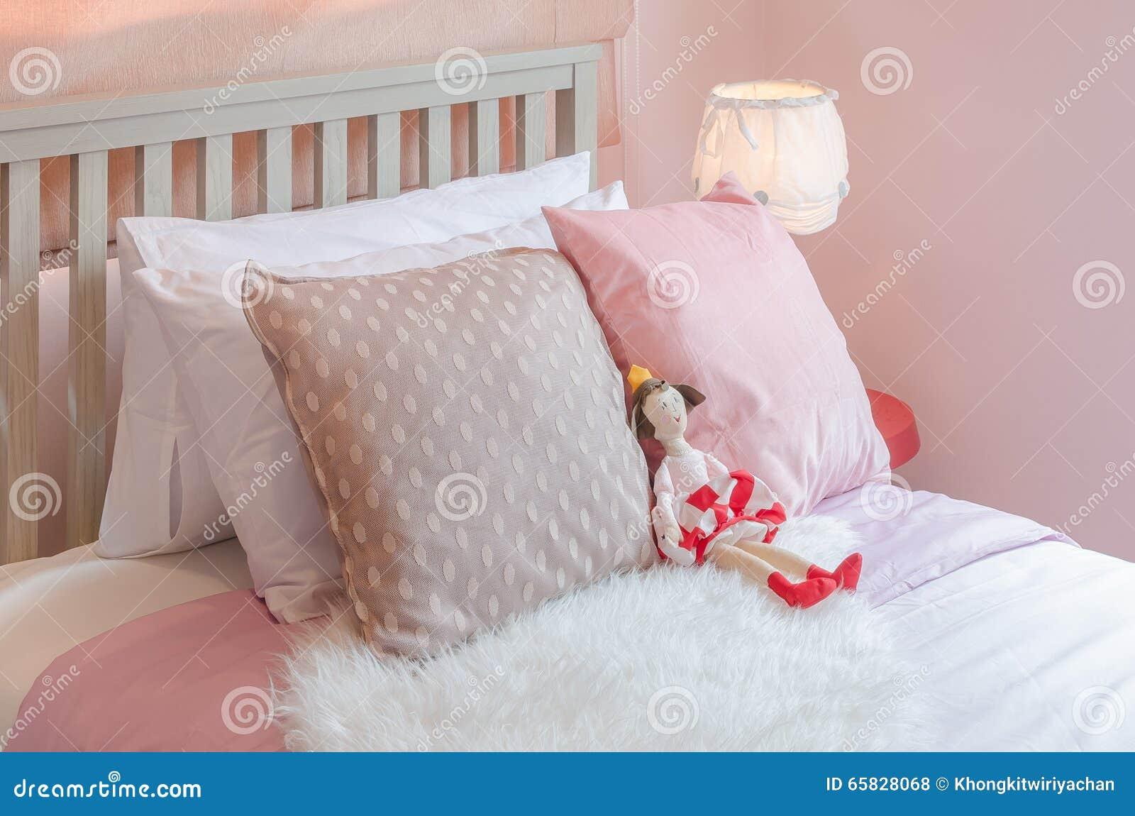 Stanza Da Letto Rosa : La camera da letto della ragazza nel tono rosa di colore con la