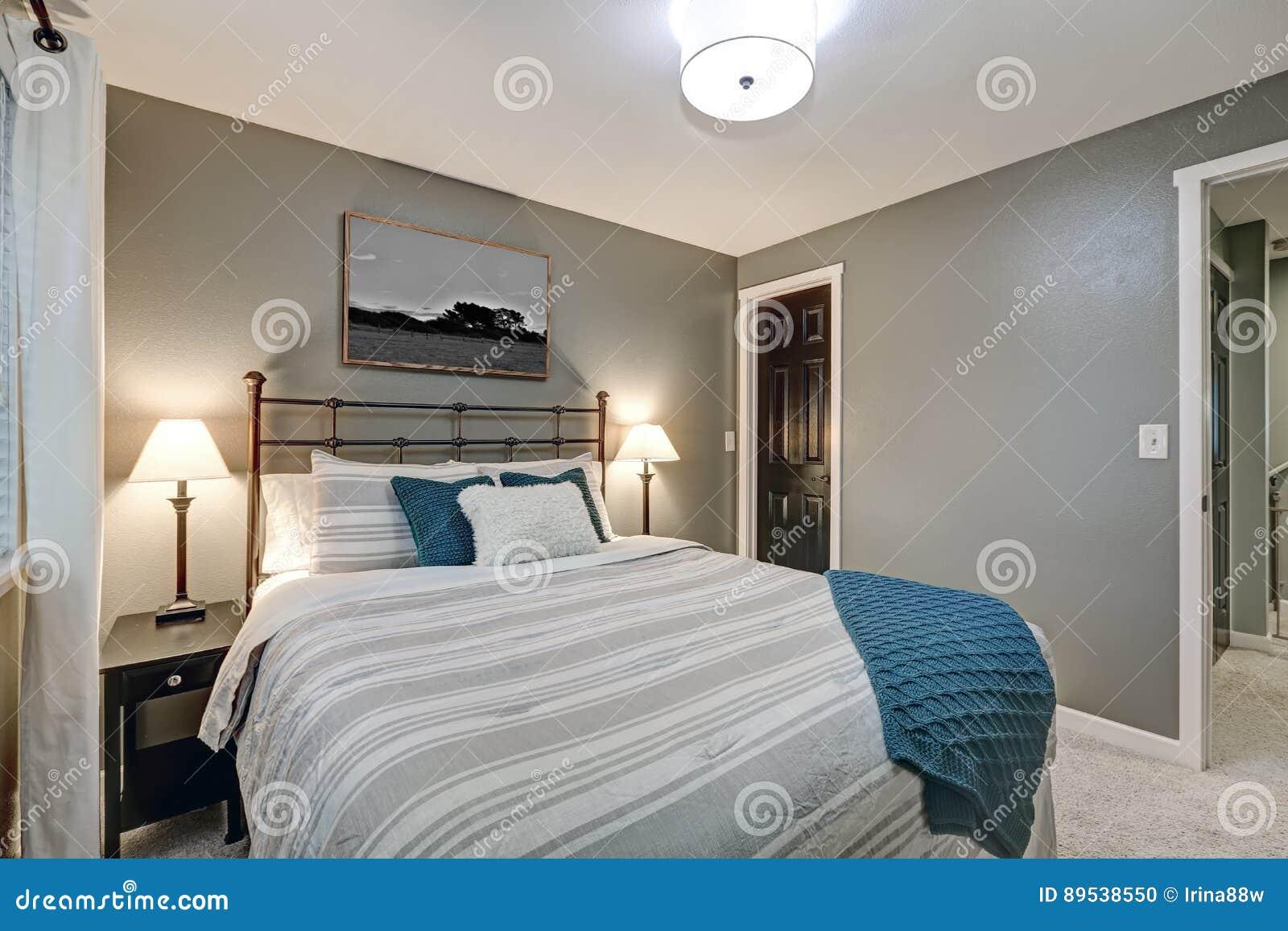 La camera da letto grigia si vanta il grande letto del ferro fotografia stock immagine di - Camera da letto del papa ...