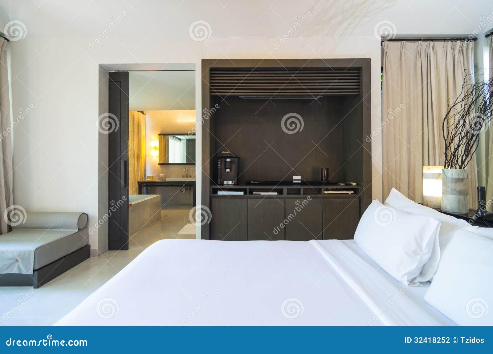 La camera da letto moderna si collega con il bagno for Camera letto design