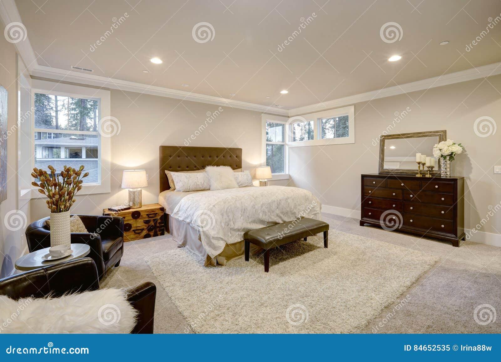 La camera da letto principale beige e marrone si vanta il letto di