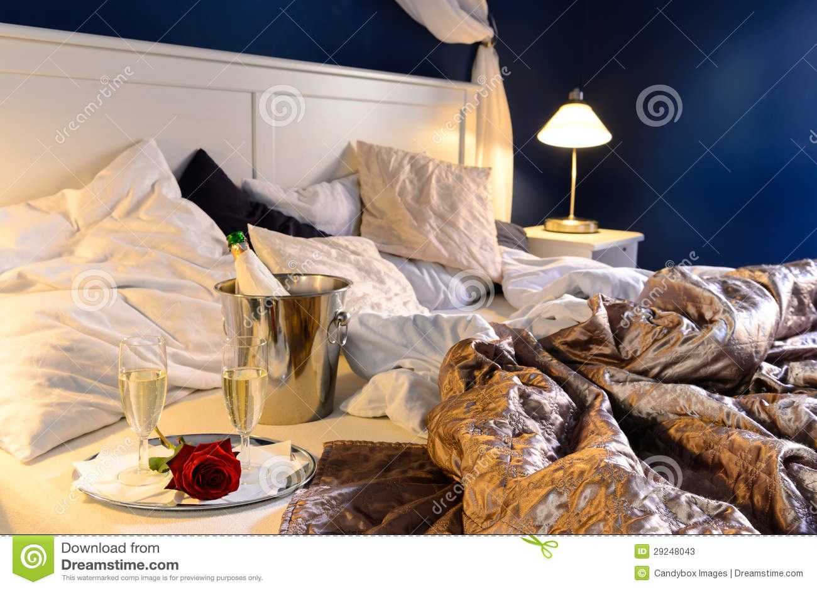 Camera Da Letto Color Champagne : La camera da letto romantica rumpled copre il secchio del champagne