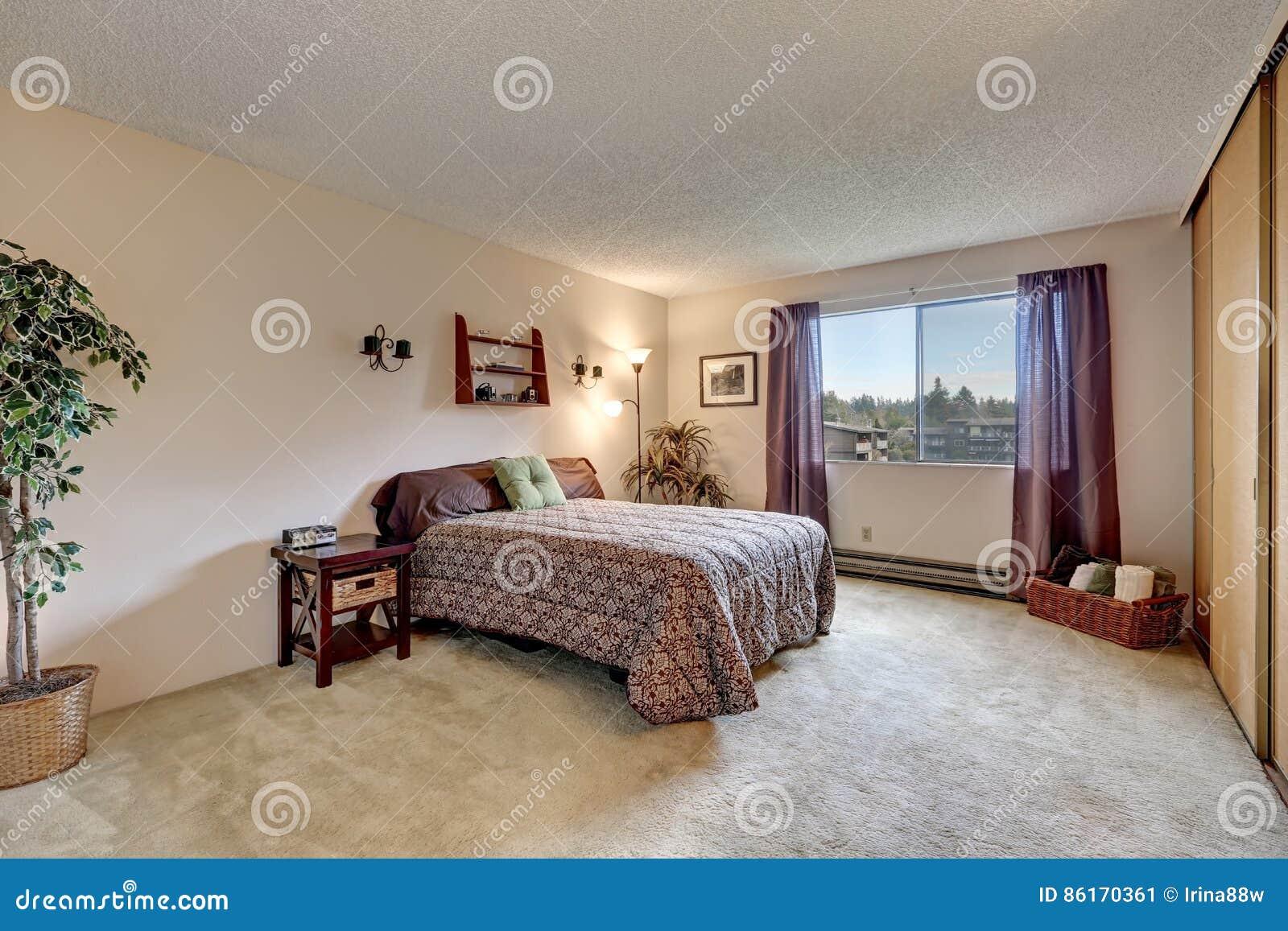 Camere Da Letto Tradizionali : La camera da letto tradizionale con le pareti beige calde dipinge