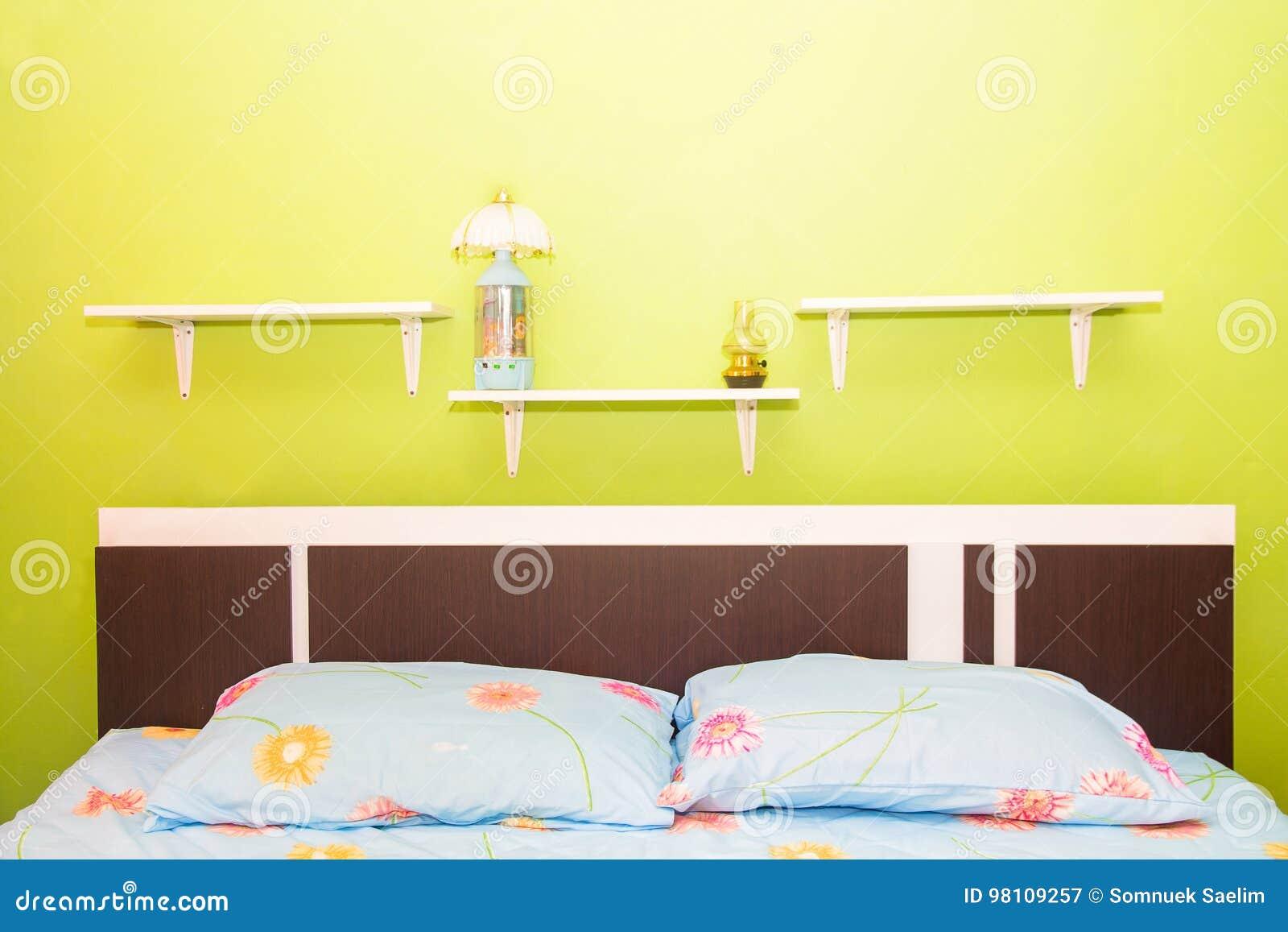 Camera Da Letto Verde E Rosa : La camera da letto verde e la tenda rosa hanno le lampade e